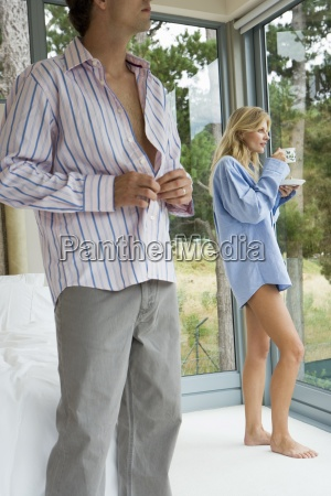 pares que relaxam no quarto mulher