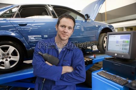 mecanico na loja de auto reparo
