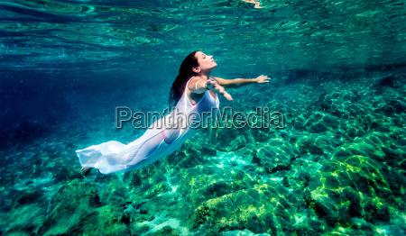 mulher bonita relaxante na agua
