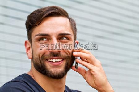 homem moderno com smartphone