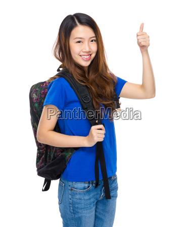 estudante com mochila e polegar para