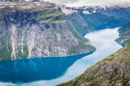 schoenen norwegischen landschaft mit bergen auf