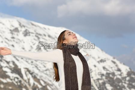 mulher que respira o ar fresco
