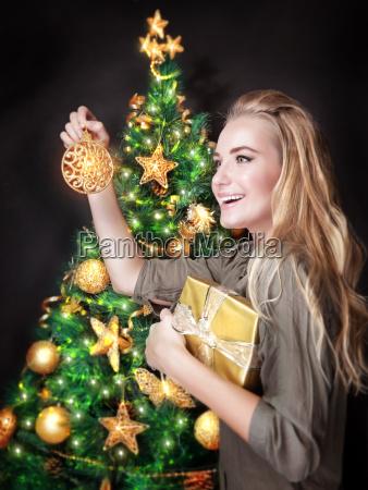 menina, feliz, que, decora, a, árvore - 13187000