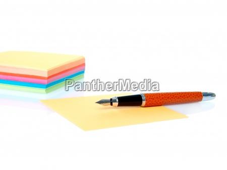 notas vazias coloridas e caneta isolado