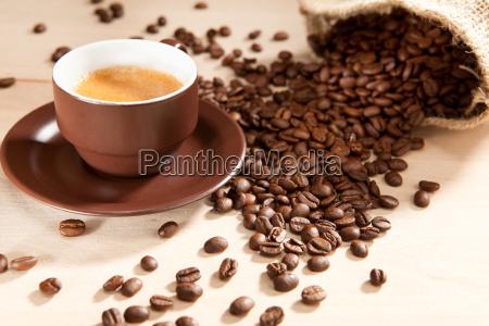 uma xicara de cafe e feijao