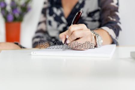 escrita da mao mulher com pena