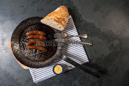 salsichas assadas com chucrute em uma