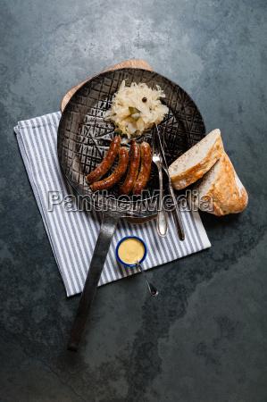 salsichas, assadas, com, chucrute, em, uma - 13550010