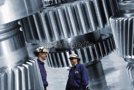 engenharia rodas denteadas e trabalhadores