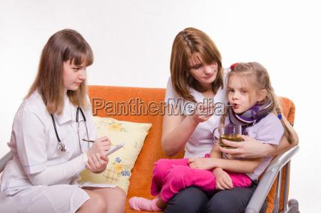 pediatra prescreve tratamento crianca mae da
