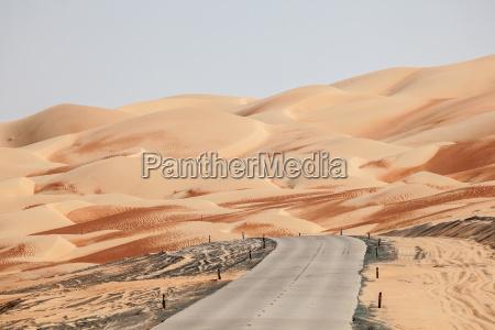 estrada atraves do deserto na area