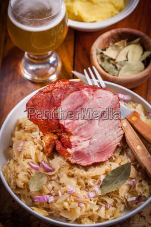 carne de porco fumada com repolho