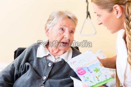a enfermeira da velha no cartao