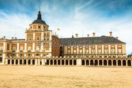 majestuoso palacio de aranjuez en madrid