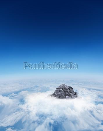 pico da montanha atraves das nuvens
