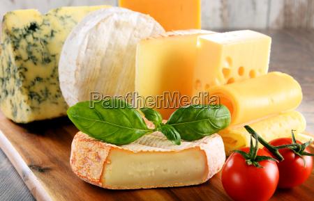 diferentes tipos de queijo isolada na