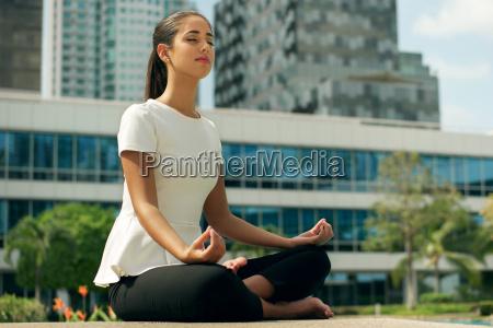 relaxe negocio mulher ioga lotus posicao