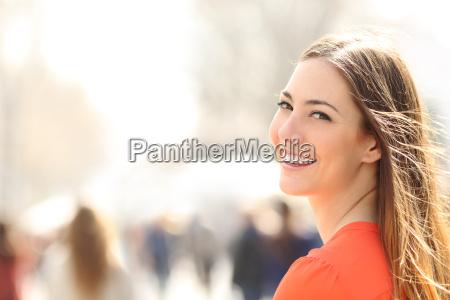 mulher de beleza com sorriso perfeito