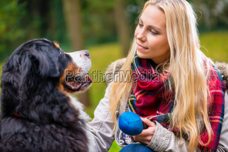 kvinden leger med hunden i fall