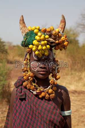 mulher retrato joias chifres socialmente derivados