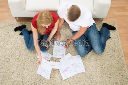 casal com bills e calculadora