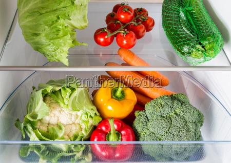 abra a geladeira cheia de frutas