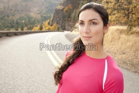 uma femea atletica que esta ao
