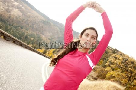 uma femea atletica estica ao longo