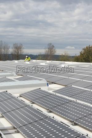 tecnico de energia verde ajusta paineis