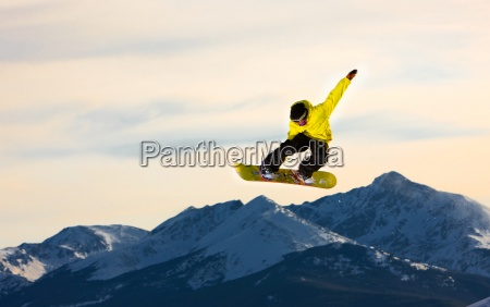 saltar snowboarder voa atraves do ar