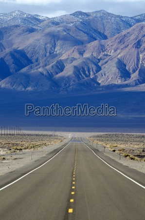uma estrada estrada 95 estende atraves