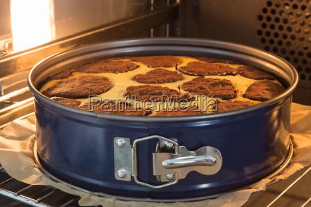 prato do cozimento com o bolo