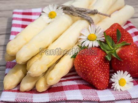 espargos e morangos na mesa