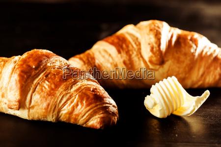 manteiga e croissant pao em cima