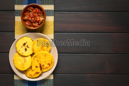 arepa colombiana com molho de hogao