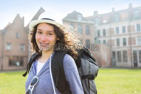 vista de uma jovem mulher atraente