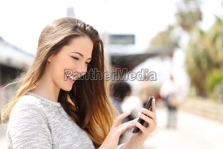 menina que texting em um telefone