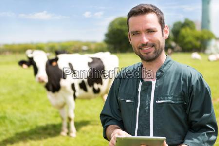 retrato de um jovem agricultor atraente