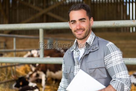 fazendeiro jovem e atraente em um