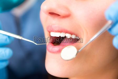 detalhes de dentes brancos de um