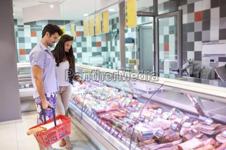 compra dos pares em um supermercado
