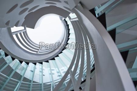escada em espiral de vidro moderno