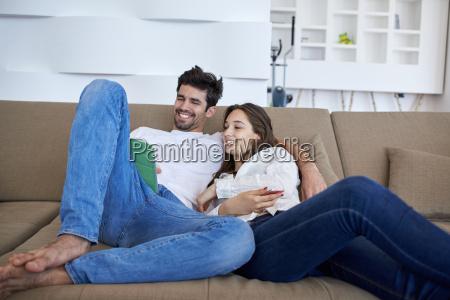 casal em casa moderna usando o
