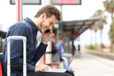 freelancer que trabalha com um laptop