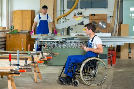 trabalhador cadeira rodas carpinteiro oficina