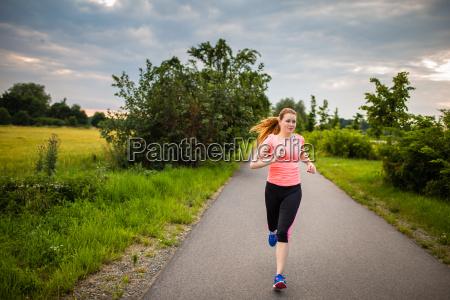 mulher ao ar livre fazer jogging