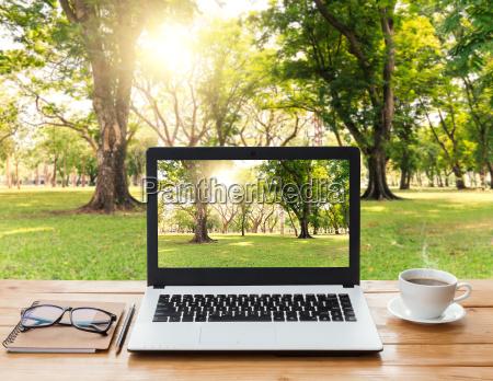 computador portatil e cafe no fundo