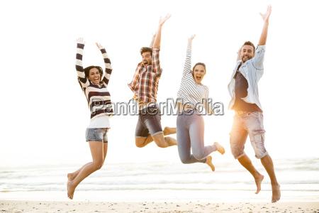 os amigos saltam