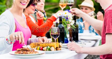 homens e mulheres comemoram a festa